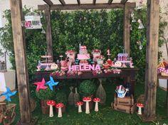 O aniversário de um ano de uma menina foi decorado pela La Belle Vie Eventos (labellevieeventos.com.br) com o tema piquenique. A parede com plantas artificiais compôs com o chão de tecido verde o cenário do projeto
