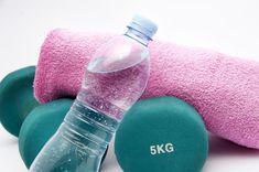 Was sind Wassereinlagerungen und wie beeinflussen sie unser Gewicht? – Kayla Itsines