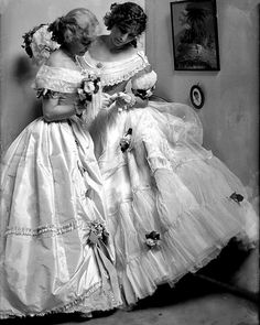 The Gerson sisters 1906 by Gertrude Kasbier .....beautiful #style #fashion #allure #portrait #vintagephotography #beautifulwomen…