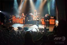 【2015.11.15 日曜日】     襲撃直前、コンサート会場内の写真 パリ            フランス・パリで起きた連続襲撃事件の現場の一つとなったコンサートホール「バタクラン」で、武装した4人の男が銃を乱射する直前に撮影された、バンド「イーグルス・オブ・デス・メタル」による公演の様子(2015年11月13日撮影)。(c)AFP/MARION RUSZNIEWSKI