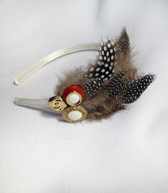 Feather headband Feather Headband, Trash To Treasure, Hair Clips, Wedding Stuff, Headbands, Gemstone Rings, Hair Accessories, Make Up, Brooch