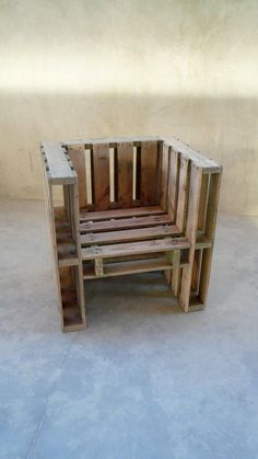 Wood pallet chair in outdoor rest could be made from separate small pieces connected between each other with a durable rope. Hang such wood pallet chair on tall tree and enjoy. Wood Pallet Chair updated: February 2017 by author: Linda Carpenter Pallet Chair, Wooden Pallet Furniture, Wooden Pallets, Pallet Lounge, Pallet Seating, Wooden Chairs, Outdoor Seating, Pallet Crafts, Pallet Projects