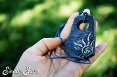 Bella estate Alba blu, fatto da argilla secca aria e dipinte a mano. Questa collana è adatta per tutti i giorni, perfetto per lestate. Blu profondo come il mare, il sole splenderà il tuo giorni.  La misura pendente circa 3 x 6, 5cm/1, 5x2, 5 pollici. La lunghezza è regolabile, così si può indossare come volete!  ------------------------------------------  SPEDIZIONE GRATUITA:  Tutti gli ordini vengono inviati per posta raccomandata con numero di tracking…
