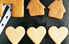 Vaaleat piparit Vaaleat piparit leivotaan perinteisten piparien tapaan ja piparien tuoksukin on tutun jouluinen. Ohjeella leivot noin 50 piparia. 1. Sulata voi kattilassa. Lisää sokeri ja siirappi. Kuumenna kunnes sokeri liukenee. Jäähdytä seos. 2. Lisää kerma ja keskenään sekoitetut kuivat aineet. Sekoita piparitaikina hyvin ja anna levähtää seuraavaan päivään. 3. Anna piparitaikinan hieman lämmetä huoneenlämmössä …