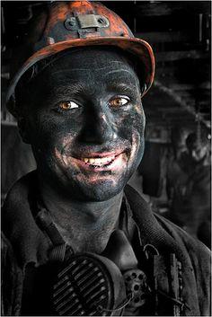 Снимок сделан в раздевалке перед баней после трудной смены шахтера под землей. Сил уже нет, даже на улыбку. 2004 год.