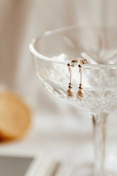 gold earrings dangle Meghan Pearl Dangle earrings - gold filled, old world inspired vintage earrings for vintage lovers. By S-kin . Cute Jewelry, Pearl Jewelry, Photo Jewelry, Jewelery, Jewelry Accessories, Vintage Jewelry, Fashion Jewelry, Vintage Earrings, Jewelry Rings
