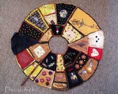 Must make Harry Potter tree skirt. I will have a harry potter tree one day! Harry Potter Quilt, Harry Potter Love, Harry Potter World, Harry Potter Christmas Tree, Hogwarts Christmas, Harry Potter Weihnachten, See Tattoo, Embroidery Patches, Tree Skirts