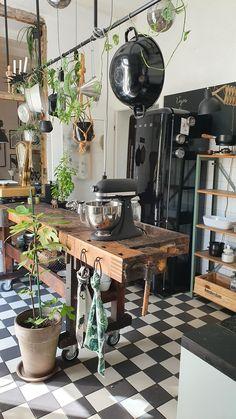 Studio Kitchen, Boho Kitchen, Vintage Kitchen Decor, Home Decor Kitchen, Country Kitchen, Cafe Interior, Kitchen Interior, Interior Design, Cottage Kitchens