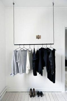 Einen Kleiderständer können Sie auch aus alten Kabeln und Rohren bauen