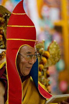 Далай-лама XIV в традиционном головном уборе