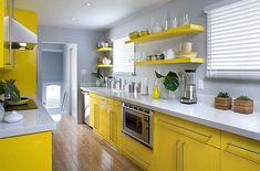 Gele Keuken 8 : Kitchen ideas i love the warm yellow cabinets. house pinterest