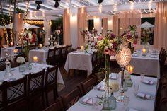 Casamento rústico: cortinas rosas e correntes de luzes