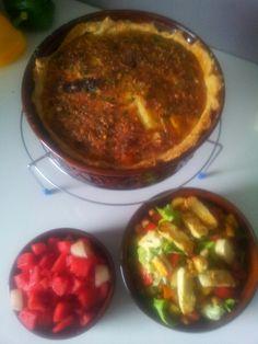 Wortel quiche, 1/8 watermeloen +2 blaadjes gesnipperde mint, 30 gr haloemi, knoflook oud brood croutons, tomaat en sla, of en beetje vinigrette