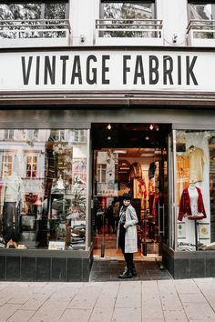 Vintage Shopping in Wien – Second Hands,Vinyls und Kaffee – Second Hand fashion Second Hand Shop, Second Hand Clothes, Cool Vintage, Vintage Shops, Vintage Travel, Vintage Style, Europe Destinations, Rio Grande Do Sul, Second Hand Fashion