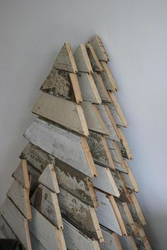 25 Ideas of How to Make a Wood Pallet Christmas Tree : Reclaimed Wood Christmas Tree Ideas - 25 ways to create Christmas trees using reclaimed, pallet and salvaged wood and trim - Design Rulz Pallet Tree, Pallet Christmas Tree, Rustic Christmas, Winter Christmas, Christmas Tree Decorations, Vintage Christmas, Christmas Holidays, Christmas Ornaments, House Decorations