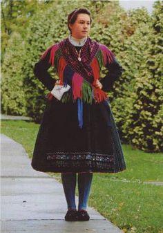 schwäbische Bauerntracht.   Tracht aus Somberek. Bild aus dem Jahr 2001 #sváb #népviselet Folk Costume, Costumes, Folk Clothing, Popular, People Of The World, Art Decor, Handkerchiefs, Germany, Culture