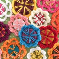 Mini video tutorial: flores tejidas con botones de 2 o 4 agujeros a crochet (2 modelos)! A reciclar botones!!  English subtitles video: crochet button flowers!