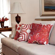Parte da Coleção de Almofadas Blend, a Alfomada Red Dahlia possui uma estampa floral aquarelada delicada e contemporânea! Seu design exclusivo combina com decorações rústicas e contemporâneas, além de poder ser misturado com o restante das almofadas da coleção para criar um look bem arrojado e cheio de personalidade!  Shop online> http://www.lolahome.com.br/almofada-red-dahlia-753.aspx/p