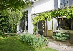 En Ile-de-France, au milieu de paysages célébrés par les Impressionnistes, cette résidence familiale de trois étages a été aménagée et transformée dans des tons nature et avec des matériaux sains, sous la houlette d'un couple d'artistes allemands.