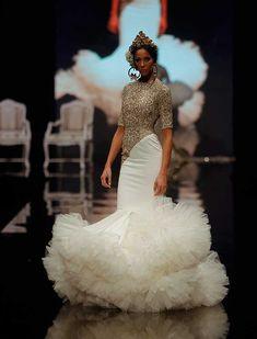 Ernesto Sillero ha presentado «Tanuca», una colección homenaje a Dña. Cayetana de Alba, una mujer apasionada del traje flamenca y el estilo andaluz. (Foto: Raúl Doblado) Gala Dresses, Short Dresses, Flamenco Costume, Spanish Dress, Spanish Fashion, Dream Wedding Dresses, African Dress, Dream Dress, Fashion Show