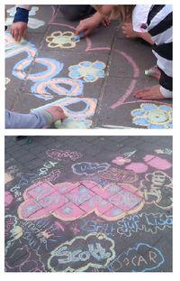 Een groepswerk maken met stoepkrijt op het schoolplein. Super leuk idee voor de groepsbinding!