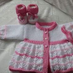 Knitting Dolls Clothes, Knitted Dolls, Doll Clothes, Knitting For Kids, Baby Knitting Patterns, Bebe Baby, Baby Hats, Knit Cardigan, Baby Dolls