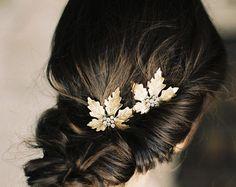 Ein kleiner Blumen-förmigen design verbunden ist ein größeres, von einem breiten band nur vibrieren mit den exquisiten Schimmer, feine Kristalle. D...