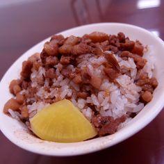 雙連街滷肉飯,微油、滷肉超多、香料、油蔥味純樸感十足。Great #Taiwanese #pork #rice #food #Taipei #Taiwan