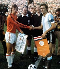 Holland 4 Argentina 0 in 1974 in Gelsenkirchen. The captains, Johan Cruyff and Roberto Perfumo, meet before the Round Group A game. Football Music, Pure Football, Football Awards, Retro Football, Football Design, Arsenal Football, Soccer World, World Football, School Football