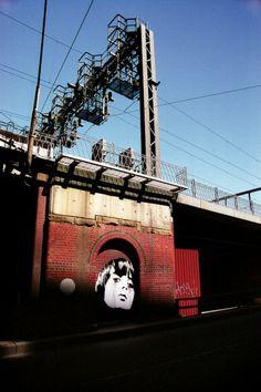 Femme fatale sui muri in rovina, sfida da street-artist