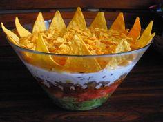 Widowiskowa sałatka, która z pewnością stanie się hitem Waszej imprezy czy przyjęcia. Curry, Nachos, Guacamole, Feta, Serving Bowls, Decorative Bowls, Appetizers, Mexican, Cooking Recipes