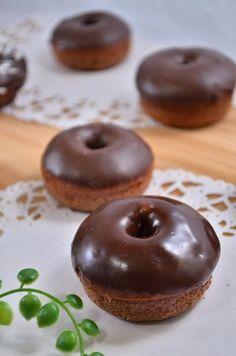【nanapi】 最近のバレンタインは本命以外にも、義理チョコ、人情チョコ、お世話チョコや友チョコなど、チョコレートを使ったお菓子をプレゼントするのが流行しているようです。沢山の人に贈るとなると費用もかかってしまうので、自宅で手軽に作ってみるのはいかがでしょうか?ここではオーブンを使って焼いたチ... Japanese Donuts, Japanese Cookies, Japanese Sweets, Love Food, A Food, Food And Drink, Chocolate Desserts, Fun Desserts, Delicious Donuts