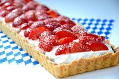 Tærtebunden er med marcipan og penslet med mørk chokolade. Kom friske jordbær på toppen, og du har en drøm af en jordbærtærte.