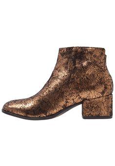 Vagabond DAISY Korte laarzen bronze, 129.95, http://kledingwinkel.nl/shop/dames/vagabond-daisy-korte-laarzen-bronze/ Meer info via http://kledingwinkel.nl/shop/dames/vagabond-daisy-korte-laarzen-bronze/