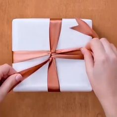 Creative Gift Wrapping, Creative Gifts, Easy Gift Wrapping Ideas, Wrapping Paper Ideas, Gift Wrapping Ideas For Birthdays, Diy Gift Wrapping Tutorial, Creative Gift Packaging, Present Wrapping, Gift Box Packaging