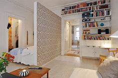 działowa ścianka z tapetą,kącik sypialniany za ścianka działową,aneks z łóżkiem w stylu skandynawskim - Lovingit.pl