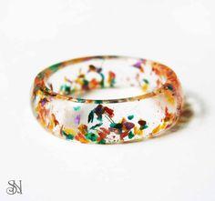 Farebný prsteň s lupienkami kvetov.   Crystal resin ring with real flowers. www.sperkysan.sk