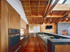 Arbeitsplatten aus Schiefer für die moderne Küche mit Holzfronten