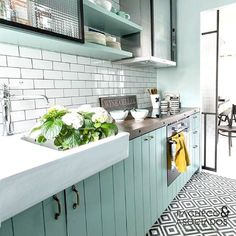 29 Ideas For Farmhouse Kitchen Design Inspiration White Cabinets Green Kitchen Decor, Vintage Kitchen Decor, Kitchen Colors, Paris Kitchen, New Kitchen, Kitchen White, Kitchen Retro, Kitchen Ideas, Awesome Kitchen