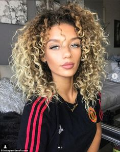 Jesse Lingard's girlfriend Jena Frumes rocks red bikini - DjG Guenther Suft TM - Jesse Lingard's girlfriend Jena Frumes rocks red bikini Making a statement: Frumes posed in a Manchester United shirt last month as she went public with their relationship - Natural Makeup For Blondes, Curly Hair Styles, Natural Hair Styles, Blonde Curly Hair Natural, Blonde Curls, Bandana Hairstyles, Hair Goals, New Hair, Hair Inspiration