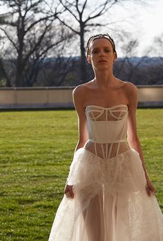 The new Vera Wang wedding dresses have arrived! Take a look at what the latest Vera Wang bridal collection has in store for newly engaged brides. Spring 2017 Wedding Dresses, Wedding Dress Styles, Spring Dresses, Bridal Dresses, Summer Wedding, Vera Wang Bridal, Vera Wang Wedding, Lace Bridal, Bridal Style