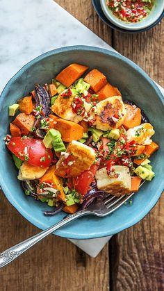Rezept: Buntes Ofengemüse mit Halloumi, Avocado und selbst gemachtem Petersilien Chimichurri Scharfes glutenfreies Gericht mit bunte Zutaten und vegetarisch! Kochen / Essen / Ernährung / Lecker / Kochbox / Zutaten / Gesund / Schnell / Einfach / DIY / Küche / Gericht #vegetarisch #veggie #süßkartoffel #halloumi #halloumi #glutenfrei #curry #ofengemüs #hellofreshde #kochen #essen #zubereiten #zutaten #diy #rezept #kochbox #ernährung #lecker #gesund #leicht #schnell #einfach