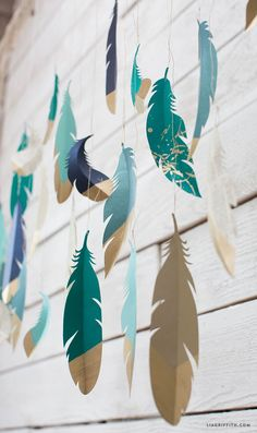 Paper Feather Wall Hanging - Lia Griffith DIY with Paper, Scrapbooking DIY Papierfedern Easy Paper Crafts, Diy Paper, Paper Art, Diy And Crafts, Cardboard Crafts, Feather Garland, Feather Crafts, Feather Wall Art, Origami
