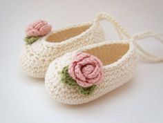 """""""Organic Baby Ballet Shoes Baby Booties in Cream with by JennOzkan by DaisyCombridge"""", """"from Etsy organic Booties Crochet, Crochet Baby Booties, Crochet Slippers, Knit Or Crochet, Crochet For Kids, Crochet Crafts, Crochet Projects, Knitted Baby, Knitting Projects"""