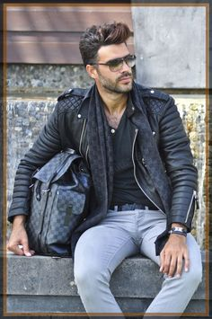 Men's Leather Jackets: How To Choose The One For You. A leather coat is a must for each guy's closet and is likewise an excellent method to express his individual design. Leather jackets never head out of styl 1950s Jacket Mens, Cargo Jacket Mens, Grey Bomber Jacket, Green Cargo Jacket, Types Of Jackets, Men's Jackets, Dress Jackets, Khaki Parka, Outfits Hombre