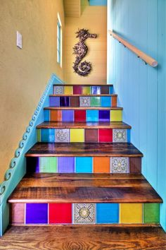 Ideas creativas y coloridas para decorar tus escaleras.