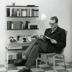 Der Designer Nisse Strinning vor dem klassischen String Bücherregal © string.se