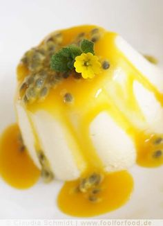 Buttermilch-Mousse mit Mangosauce und Passionsfrucht