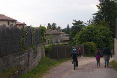 La vida de poble de Viladrau és tranquil·la, quan els nens s'escapen de l'escola poden jugar als carrers i parcs amb l'estalvi de preocupacions per a ells i els pares.