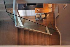 La pavimentazione in tutto l'attico – un elegante parquet di colore tenue - è di Schotten e Hansen. La cucina a isola, con area bar e sgabel...